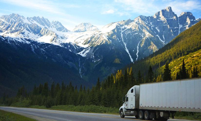 camion trasporta merci in mezzo alle montagne